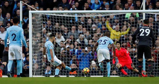 Útočník Manchesteru City Sergio Agüero dává gól Petru Čechovi v brance Arsenalu v utkání Premier League.