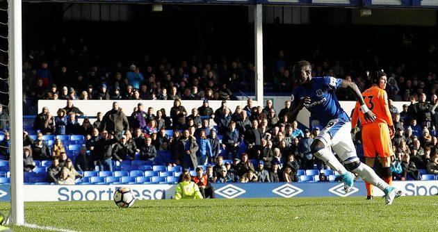 Brankář Arsenalu Petr Čech inkasoval v Premier League na půdě Evertonu dvě branky. Jednu z nich právě stříli Oumar Niasse.