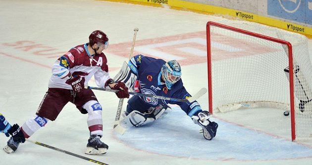 Sparťanský útočník Jan Buchtele překonává libereckého brankáře Jána Lašáka v zápase 33. kola hokejové Tipsport extraligy.