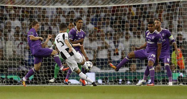 Bomba Miralema Pjanice z Juventusu byla první větší šancí v zápase.