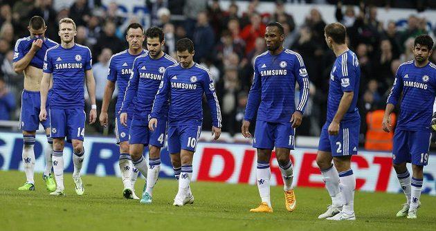Zklamaní fotbalisté Chelsea po porážce 1:2 v St. James's Parku v Newcastlu.