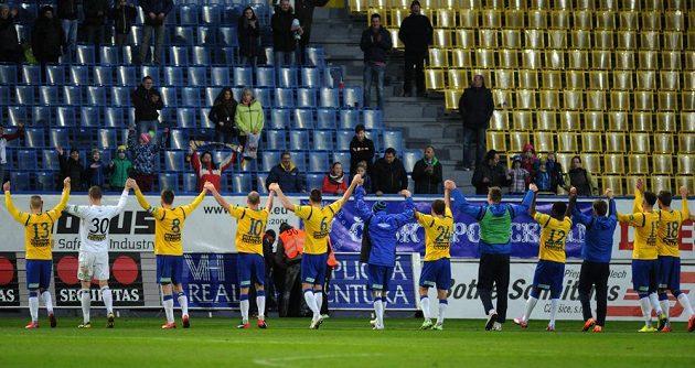 Fotbalisté Teplic slaví s fanoušky vítězství nad Plzní v úvodním čtvrtfinálovém duelu Poháru FAČR.