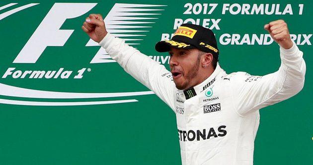 Brit Lewis Hamilton se raduje z výhry v Silverstonu.