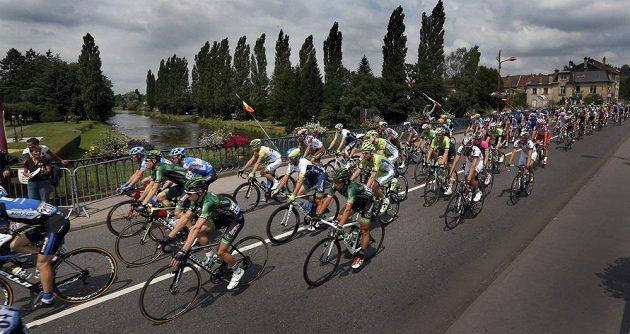Cyklisté na trati osmé etapy Tour de France vedoucí z obce Tomblaine do Gérardmer La Mauselaine.