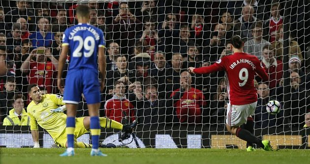 Útočník Manchesteru United Zlatan Ibrahimovic neměl s penaltou problém.