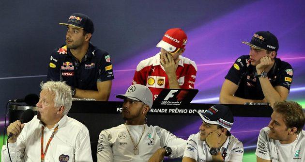 Piloti formule 1 na tiskové konferenci před Velkou cenou Brazílie.