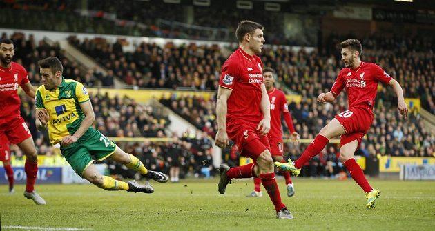 Liverpoolský Adam Lallana (vpravo) vítěznou trefou právě rozhoduje nevšední drama v Norwichi!