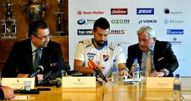 Útočník Milan Baroš se upisuje Baníku Ostrava do roku 2014. Vlevo přihlíží předseda představenstva Petr Šafarčík a vpravo agent Pavel Paska.