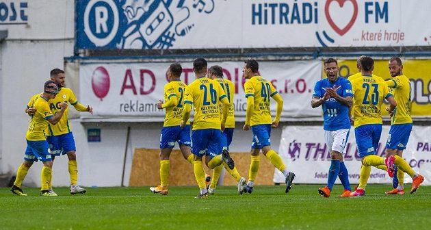 Hráči Teplic se radují z gólu. Vpravo v modrém je jeho autor Martin Fillo z Ostravy.