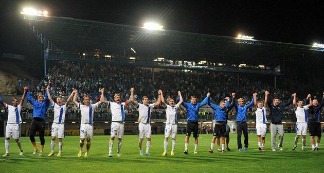 Kapitán Radoslav Kováč si s libereckými spoluhráči užívá děkovačky fanouškům po postupu do Evropské ligy.