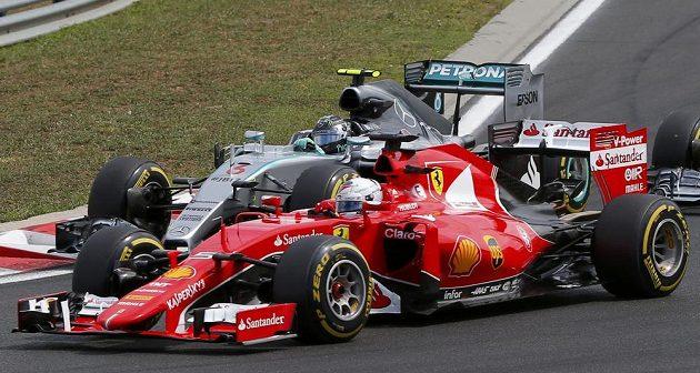 Sebastian Vettel (vpravo) bojuje o prvenství ve Velké ceně Maďarska s Nicem Rosbergem na Mercedesu.