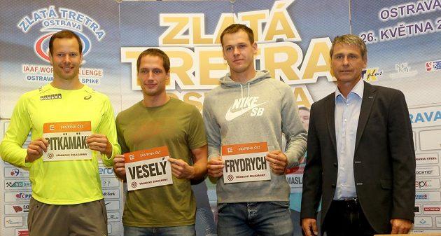 Zleva finský oštěpař Tero Pitkämäki a Češi Vítězslav Veselý s Petrem Frydrychem na tiskové konferenci před Zlatou tretrou. Vpravo je ředitel mítinku Jan Železný.