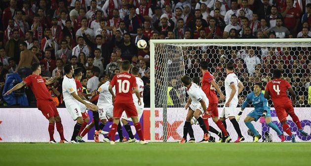 Dejan Lovren (vlevo) z Liverpoolu dává gól ve finále Evropské ligy, který však rozhodčí neuznali.
