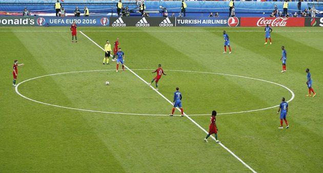 Finále mistrovství Evropy ve fotbale mezi Francií a Portugalskem na pařížském stadiónu Saint Debis začalo.