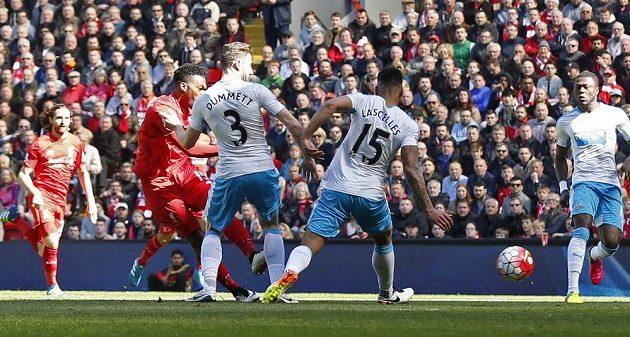 Daniel Sturridge dává první gól Liverpoolu.