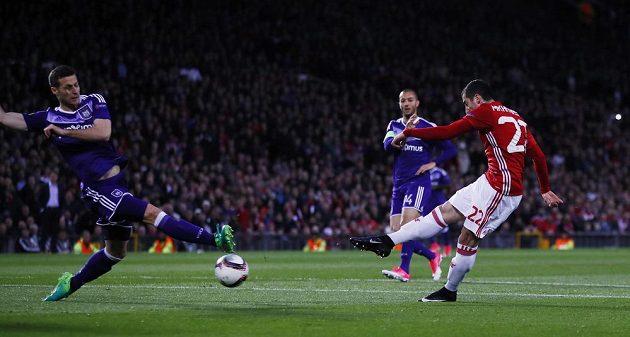 Henrik Mchitarjan dává gól, kterým dostal Manchester United na Old Trafford do vedení nad Arsenalem.