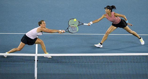 Tenistku Barbora Strýcová s tchajwanskou partnerkou Sie Šu-wej v utkání o premiérový deblový titul na Australian Open.