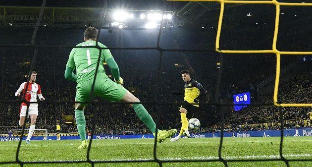 Jadon Sancho (vpravo) z Dortmundu otevírá skóre zápasu Ligy mistrů proti pražské Slavii.