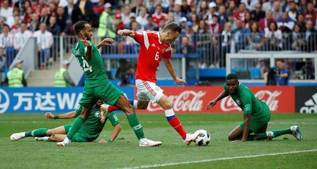 Ruský fotbalista Denis Čeryšev měl proti sobě tři soupeře, přesto dal gól. Rusko v tu chvíli vedlo v zahajovacím utkání MS nad Saúdskou Arábií 2:0.