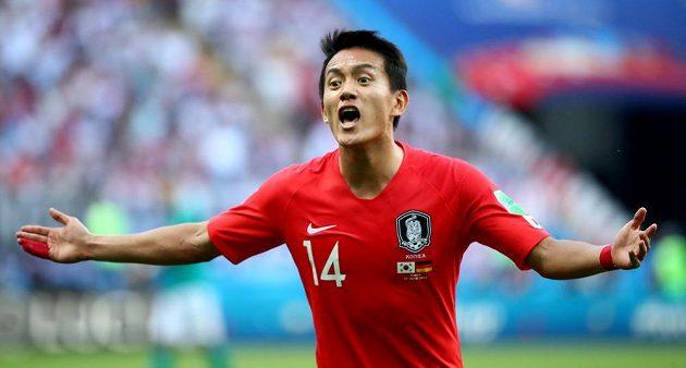 Korejský fotbalista Hong Čchol gestikuluje během utkání MS s Německem.