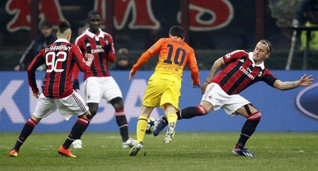Lionel Messi z Barcelony (uprostřed) se snaží prosadit proti přesile fotbalistů AC Milán.
