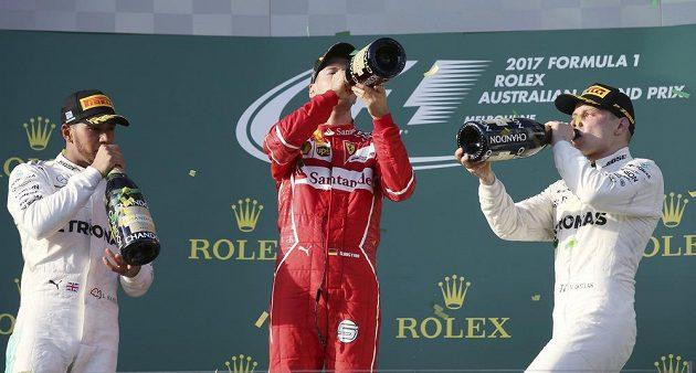 Sebastian Vettel, Lewis Hamilton a Valtteri Bottas během ceremoniálu VC Austrálie.