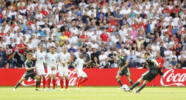 Velšský fotbalista Gareth Bale zahrává přímý kop, z něhož otevřel skóre duelu s Anglií.