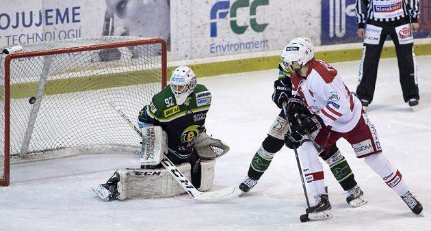 Útočník Slavie Henri Tuominen (vpravo) střílí gól. V karlovarské brance je Tomáš Závorka.