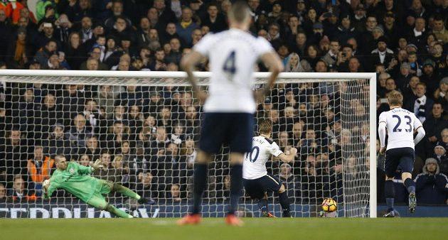 Harry Kane z Tottenhamu proměňuje penaltu v utkání proti Middlesbrough.