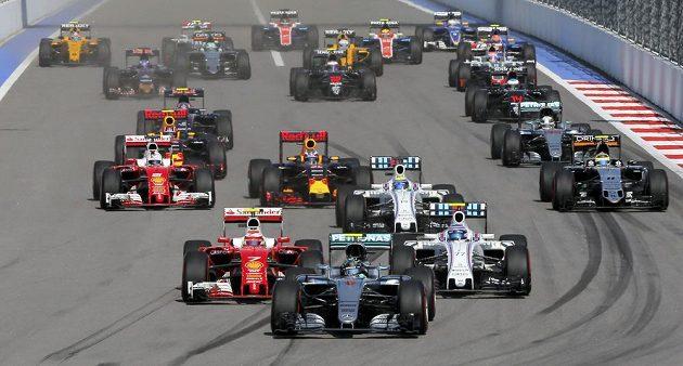 Start závodu F1 v Soči. Vpředu Nico Rosberg.