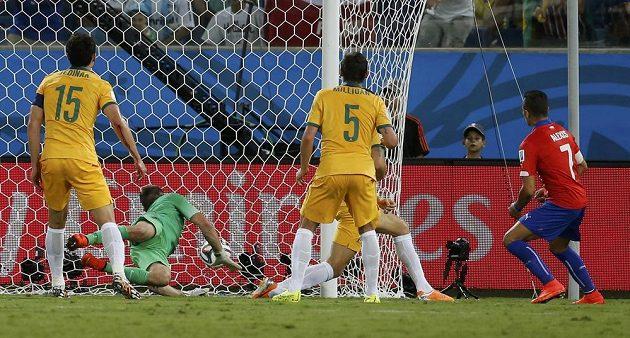 Chilský útočník Alexis Sánchez (vpravo) střílí gól proti Austrálii.