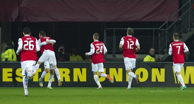 Fotbalisté Alkmaaru se radují z gólu proti Liberci, který vstřelil Nick Viergever (druhý zleva).