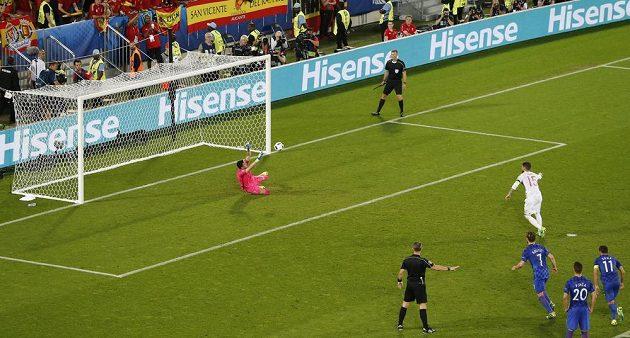 Chorvatský gólman Danijel Subašič chytá penaltu Španělu Ramosovi.