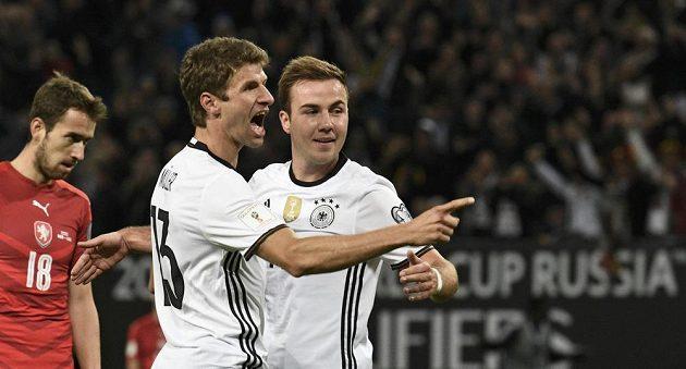 Thomas Müller a Mario Götze se radují z gólu proti českému týmu.