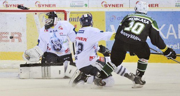 Liberecký brankář Marek Schwarz a obránce Ondřej Vitásek nedokázali zabránit gólu z hokejky karlovarského útočníka Petra Koblasy.