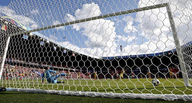 Rumun Bogdan Stancu otevírá skóre zápasu se Švýcarskem, brankář Yann Sommer si při penaltě soupeře vybral špatnou stranu.