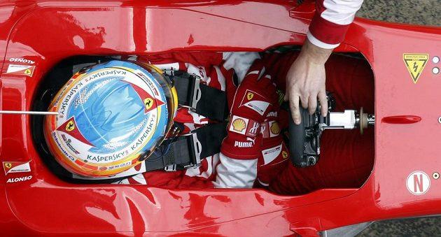 Fernando Alonso se koncentruje ve svém ferrari.