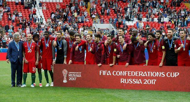Fotbalisté Portugalska pózují fotografům s bronzovými medailemi na krku.