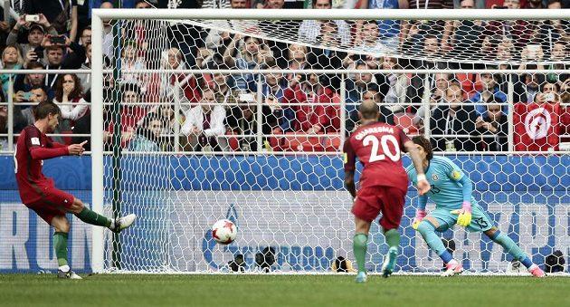 Adrien Silva z Portugalska proměňuje ve 103. minutě penaltu v souboji o 3. místo na Poháru FIFA proti Mexiku.
