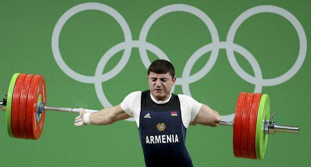 Ruka nevydržela. Vzpěrač Andranik Karapetjan z Arménie skončil hodně nešťastně.