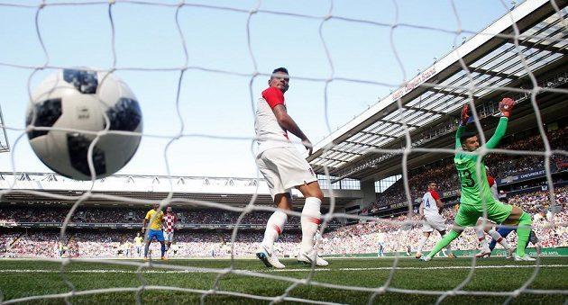Brazilec Neymar otevírá skóre v přípravném utkání s Chorvatskem.