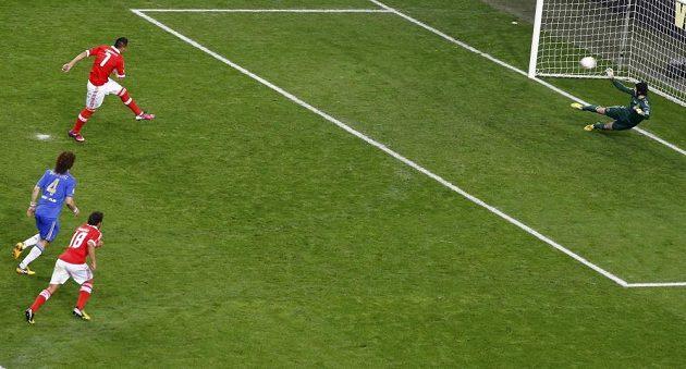 Oscar Cardozo z Benfiky překonává z penalty brankáře Petra Čecha z Chelsea ve finále Evropské ligy.