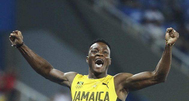 Omar McLeod slaví zlatou medaili.