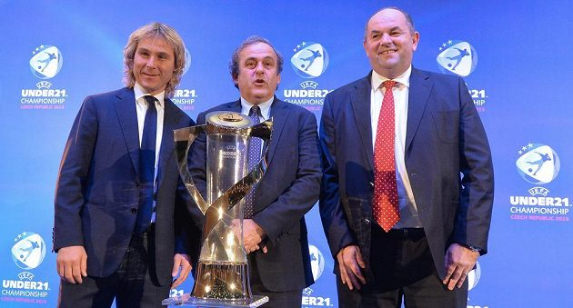 Pavel Nedvěd (vlevo), prezident UEFA Michel Platini a předseda FAČR Miroslav Pelta (vpravo) pózují při losování ME hráčů do 21 let u trofeje pro vítěze turnaje.
