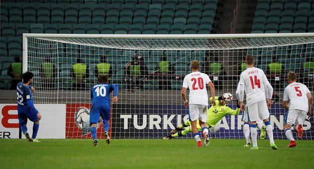 Ázerbájdžánec Afran Ismajlov (10) překonává z penalty Jiřího Pavlenku.