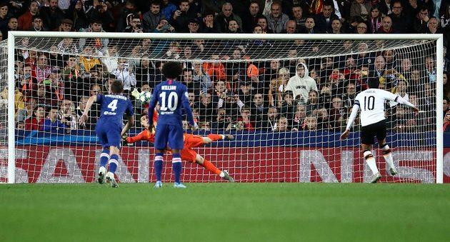 Brankář Chelsea Kepa Arrizabalaga chytá penaltu Dani Parejovi z Valencie.