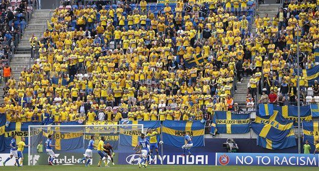 Švédští fanoušci na stadiónu v Olomouci.