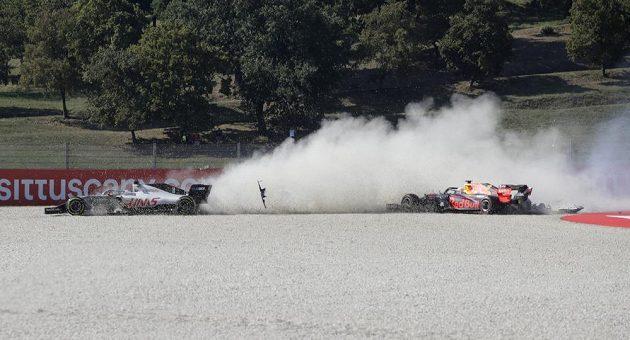 Romain Grosjean (vlevo) z Francie a Max Verstappen z Nizozemska havarovali hned v úvodu.