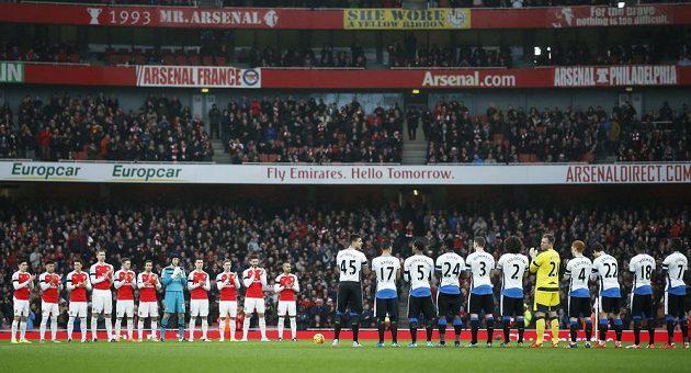Fotbalisté Arsenalu (vlevo) a Newcastlu uctili památku zesnulého brankáře Pavla Srníčka minutou ticha a dlouhým potleskem.