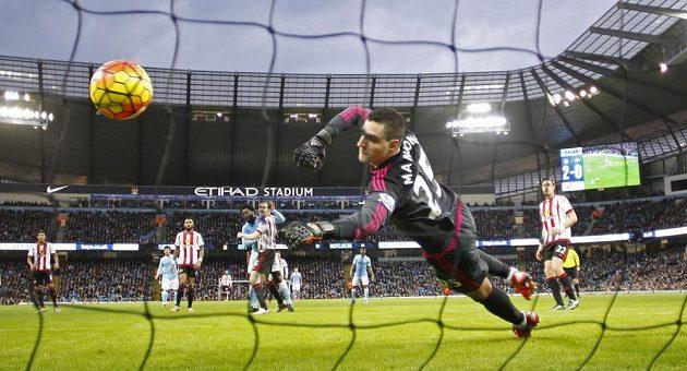 Wilfried Bony z Manchesteru City střílí gól do sítě Sunderlandu.